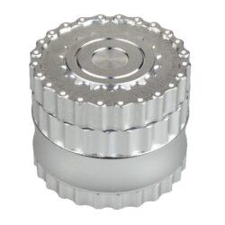 Drtič tabáku Dreamliner ALU - Chain, stříbrný-Masivní kovový drtič tabáku značky Dreamliner. Čtyřdílná drtička se závitem, sítkem a zásobníkem na tabák je vyrobena z kvalitního hliníku. Víčko drtičky je magneticky uzavíratelné. Ostří ve tvaru jehlanu nadrtí velmi jemně vaší směs. Rozměry: průměr 62mm, výška 51mm. Drtič je dodáván v dárkové krabičce.