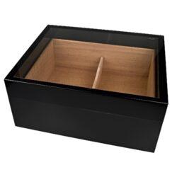Humidor na doutníky Angelo černý prosklený-Prosklený stolní humidor na doutníky s kapacitou cca 30 doutníků. Dodáván s vlhkoměrem a zvlhčovačem. Vnitřek humidoru je vyložený cedrovým dřevem. Rozměr: 30x25x13 cm. Povrchová úprava: lesklý.  Humidory jsou dodávány nezavlhčené, proto Vám nabízíme bezplatnou volitelnou službu Zavlhčení humidoru, kterou si vyberete v Souvisejícím zboží. Nový humidor je nutné před prvním uložením doutníků zavlhčit, upravit a ustálit jeho vlhkost na požadovanou hodnotu. Dobře zavlhčený humidor uchová Vaše doutníky ve skvělé kondici.
