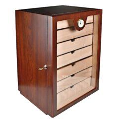 Humidor na doutníky Cabinet třešeň-Stolní humidor na doutníky, uzamykatelný s kapacitou cca 150 doutníků. Humidor cabinet je dodáván s vlhkoměrem, 2x polymerovým zvlhčovačem a sedmi šuplíky. Vnitřek humidoru je vyložený cedrovým dřevem. Rozměr: 49x33x28 cm.  Humidory jsou dodávány nezavlhčené, proto Vám nabízíme bezplatnou volitelnou službu Zavlhčení humidoru, kterou si vyberete v Souvisejícím zboží. Nový humidor je nutné před prvním uložením doutníků zavlhčit, upravit a ustálit jeho vlhkost na požadovanou hodnotu. Dobře zavlhčený humidor uchová Vaše doutníky ve skvělé kondici.
