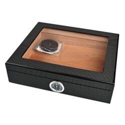 Humidor na doutníky Angelo Carbon Glass-Stolní humidor na doutníky s proskleným víkem s kapacitou cca 25 doutníků. Dodáván s vlhkoměrem a polymerovým zvlhčovačem. Vnitřek humidoru je vyložený cedrovým dřevem. Rozměr: 26x22x7 cm.  Humidory jsou dodávány nezavlhčené, proto Vám nabízíme bezplatnou volitelnou službu Zavlhčení humidoru, kterou si vyberete v Souvisejícím zboží. Nový humidor je nutné před prvním uložením doutníků zavlhčit, upravit a ustálit jeho vlhkost na požadovanou hodnotu. Dobře zavlhčený humidor uchová Vaše doutníky ve skvělé kondici.