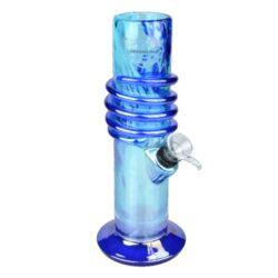 Skleněný bong Dreamliner Spin blue 22cm-Skleněný bong Dreamliner Spin Blue. Neprůhledný rovný bong v modrém tónu s perleťovým efektem je na povrchu zdobený efektní spirálou a na čelní straně najdeme logo Dreamliner. Bong je vyrobený z tepelně odolného skla tloušťky 5 mm. Krátký chillum bongu je jednodílný.  Výška: 22 cm Vnitřní průměr bongu: 4 cm Průměr hrdla: 5 cm Socket chillumu: 9 mm Sítko do bongu: 12 mm Materiál: sklo