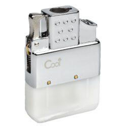 Plynový insert do zapalovače Cool, turbo-Plynový insert do benzínového zapalovače. Plynová vložka Cool s jednou tryskou je vhodná pro všechny klasické benzínové zapalovače - není určena pro dámské slim zapalovače. Na spodní straně najdeme plnící plynový ventil a ovládání intenzity plamene. Jednoduše vyndáte benzínovou vložku, vsunete vložku plynovou a turbo zapalovač je na světě ve stejném Vámi oblíbeném designu benzínového zapalovače. Rozměry vložky 5,1x3,5x1,2cm. Cena je uvedena za 1 kus.
