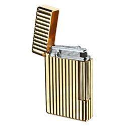 Zapalovač S.T. Dupont Initial Line, zlatý-Luxusní plynový zapalovač S.T. Dupont Initial Line známé francouzské značky. Moderní klasika - to jsou slova, co vystihují tento elegantní styl řady Initial vydanou k 75. výročí prvního luxusního zapalovače Dupont. Dokonale zpracovaný kovový kamínkový zapalovač, který skvěle kombinuje funkci a elegantní vzhled. Na boku najdeme škrtací mechanismus. Ve spodní části najdeme plnící ventil plynu a ovládání intenzity plamene. Kamínek se mění v horní části zapalovače. Zapalovač je dodáván v dárkové krabičce vyložené jemným sametem. Výška 5,5cm. Vyrobeno ve Francii. Zapalovače S.T. Dupont nejsou při dodání naplněné plynem.