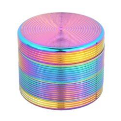Drtič tabáku kovový Rainbow, 54mm-Kvalitní kovový drtič tabáku Dreamliner Rainbow. Čtyřdílná drtička se závitem, sítkem a zásobníkem na tabák je vyrobena z kvalitního hliníku CNC technologií. Víčko drtičky je magneticky uzavíratelné. Ostré hroty ve tvaru diamantu nadrtí velmi jemně vaší směs. Rozměry: průměr 54mm, výška 43mm. Drtič je dodáván v dárkové krabičce.