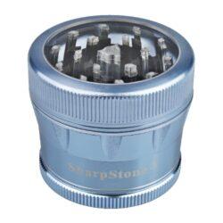 Drtič tabáku ALU Sharp Stone Blue, 53mm-Značkový kovový drtič tabáku Sharp Stone. Kvalitní čtyřdílná drtička se závitem, sítkem a zásobníkem na tabák je vyrobena z kvalitního leteckého hliníku CNC technologií. Povrch je upraven eloxováním. Víčko drtičky s průhledovým okénkem je magneticky uzavíratelné. Diamantem broušené ostří nožů velmi jemně nadrtí vaší směs. Rozměry: průměr 53mm, výška 45mm. Drtič ja zabalen v látkovém sáčku.
