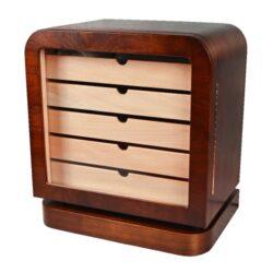 Humidor na doutníky Angelo Vintage 120D, stolní-Stolní humidor na doutníky v retro stylu s kapacitou cca 120-160 doutníků(v závislosti na velikosti) značky Angelo. Humidor je dodáván s vlhkoměrem, 5x polymerovým zvlhčovačem a pěti šuplíky. Vnitřek humidoru je vyložený cedrovým dřevem. Rozměr humidoru: 45x41x28 cm, rozměr šuplíku: 37x20x4 cm. Povrchová úprava: pololesk.
