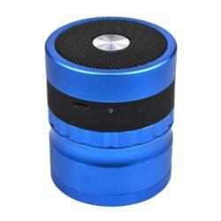 Drtič tabáku ALU Dreamliner Speaker Blue-Drťte a poslouchejte hudbu! Kvalitní kovový drtič tabáku Dreamliner Speaker s Bluetooth reproduktorem. Masivní čtyřdílná drtička se závitem, sítkem a zásobníkem na tabák  je vyrobena z kvalitního hliníku CNC technologií. Povrch je upraven eloxováním. Ostré hroty ve tvaru diamantu nadrtí velmi jemně vaší směs. Na horní straně víčka, které je magneticky uzavíratelné, je umístěn reproduktor. Na přední straně drtiče se nachází ovládací prvky: konektor napájení, LED indikace a tlačítko ON/OFF. Reproduktor je možné připojit přes Bluetooth ke všem zařízením Android/iOS, které disponují touto možností připojení. Reproduktor lze přiloženým USB kabelem nabíjet a nebo napájet. Rozměry: průměr 63mm, výška 73mm.