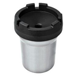 Popelník do auta Alu, metalický-Hliníkový cigaretový popelník do auta v metalickém provedení. Velmi lehký popelník je vyrobený z kvalitního hliníku. Jeho povrch je upravený eloxováním. Díky jeho konstrukci - speciální horní části se Vám nestane, že popel bude okolo popelníku. Popel padá otvorem ve středu víčka do nádoby a tím se bezpečně udrží uvnitř. Současně víčko popelníku slouží jako držák na 3 cigarety, který jistě využijete nejen při jízdě. Popelník je lehce umístitelný do běžného držáku na nápoje. Využití tohoto popelníku nenajdete pouze v autě, ale třeba na balkóně, terase či zahradním altánu, kde udržení čistoty okolí je též žádané. Dno popelníku má 6,5cm v průměru, horní průměr je 8cm, výška 10,8cm. Cena je uvedena za 1 ks.