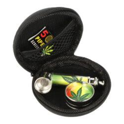 Drtič se šlukovkou a sítky v pouzdře-Sada kovového drtiče tabáku se šlukovkou a sítky v pouzdře. Vše máte při sobě v praktickém pouzdře na zip - dvoudílný kovový drtič s ostrými hroty, kovovou šlukovku a sítka. Průměr drtiče je 3 cm, délka šlukovky 7 cm. Ideální jako dárek pro Vaše přátelé. Cena je uvedena za 1 ks.