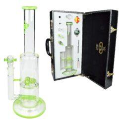 Bong sklo Grace Glass LE Set zelený 38cm, perkulace-Kvalitní skleněný bong s perkulací značky Grace Glass Limited Edition v setu s příslušenstvím. Precizně zpracovaný transparentní bong se světle zelenými prvky je dodáván v nerozbitném boxu s kódovacím zámkem. Díky přiloženému příslušenství je tento bong vhodný také pro Dabbing. Bong zdobený logem GG je vybavený perkulací typu Multi Dome a Slitted Inline ke zjemnění kouře. Oproti standardním bongům je tento prémiový bong vyrobený z tepelně odolného borosilikátového skla tloušťky 5 mm. Obsah setu: skleněný bong, kotlík, drtič, silikonové pouzdro, filtrační papírky a příslušenství pro Dabbing.  Výška: 38 cm Vnitřní průměr bongu: 2,9 cm(slabší část), 5 cm(silnější část) Průměr hrdla: 4,8 cm Socket chillumu: 18,8 mm Materiál: borosilikátové sklo Tloušťka skla: 5 mm
