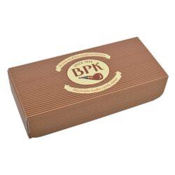 Dárková krabička na dýmku BPK-Dárková krabička na dýmku BPK. Originální krabička v retro stylu s logem BPK a látkový pytlík na dýmku se stahovací šňůrkou jsou precizně vyrobené. Krabička na dýmku je z pevného kartonu v matném provedení s magnetickým zavíráním. Pytlík na dýmku je ušitý z pevné látky, která ochrání Vaši dýmku při běžném používání. Udělejte radost přátelům nákupem kvalitní dýmky BPK standardně dodávanou v papírové krabičce, ale darujte ji v této stylové dárkové krabičce - líbit se bude určitě. Velikost krabičky 19x8,5x4,4cm, velikost pytlíku 17,8x8,7cm.