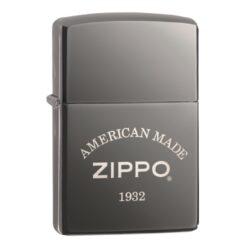 Zapalovač Zippo American Made, lesklý-Benzínový zapalovač Zippo American Made 60003897. Kvalitní zapalovač Zippo s lesklým povrchem v gunmetalovém provedení je dodávaný v originální krabičce s logem. Zapalovače Zippo nejsou při dodání naplněné benzínem. Správné fungování zapalovače zajistíte originálním příslušenstvím: benzín Zippo 3141 Fluid, kamínky Zippo Flint, knoty Zippo Wick a vata do zapalovače Zippo.